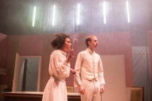 Les Bâtards Dorés - 100 millions qui tombent, filage au Théâtre de la Cité (TNT), Toulouse. Création lumière Lucien Valle. Lisa Hours & Ferdinand Niquet-Rioux.