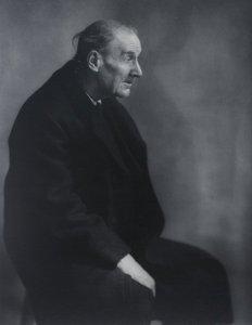 Berenice Abbot hizo algunos de los últimos retratos del célebre fotógrafo francés Eugène Atget.