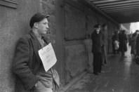 Hamburgo Alemania, el letrero dice %22Buscando cualquier tipo de trabajo%22 1952-1953 Henri Cartier-Bresson