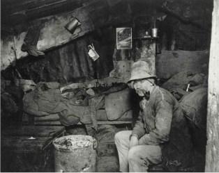En el dormitorio de los barracones Rivington Dump. 1892. Jacob Riis