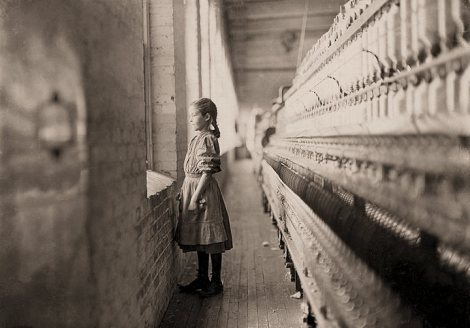 Un momento para asomarse al mundo exterior. Dijo que tenía 11 años. Ha estado trabajando más de un año en Rhodes Mfg. Co. Lincolnton, Carolina del Norte. Lewis Hine