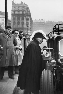 Un miembro de la Academia Francesa camino a una ceremonia en Notre Dame 1953 Henri Cartier-Bresson