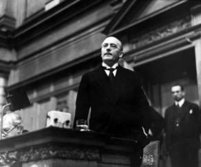 Reichskanzler Heinrich Brüning während der Regierungserklärung im Reichstag