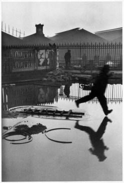"""Una de las fotografías que inmortalizó el """"Momento Decisivo"""" de Henri Cartier-Bresson"""