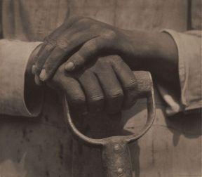 Tina Modotti. Manos descansando sobre una herramienta. (1927)