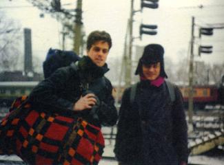 Matthias Fiegl y Wolfgang Stranzinger con una bolsa repleta de cámaras Lomo LC