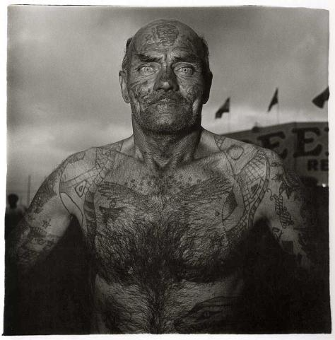 diane-arbus-the-weird-and-the-wonderful-tattooed-man-at-a-carnival-in-maryland-1970