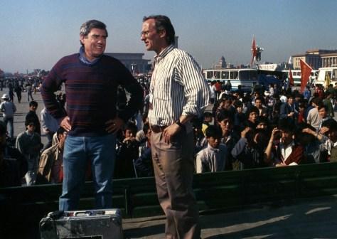 El presetnador principal de las noticias vespertinas de CBS,  Dan Rather, izq., con el productor ejecutvi Tom Bettag en la plaza de  Tiananmen (1989)