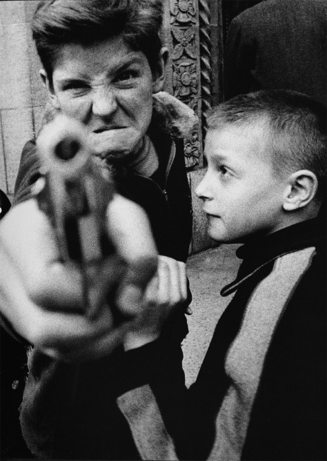brooklin_william_klein_boy_with_pistol_gun_pistola