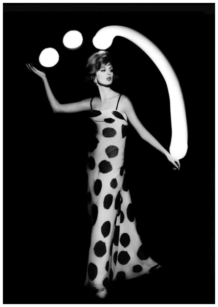 william-klein-dorothy-juggling-white-light-balls-paris-1962