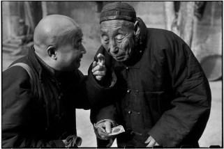CHINA. Pekín. De diciembre de 1948. Este anciano es un eunuco que una vez sirvió en la corte de la emperatriz viuda Tzu Hsi cuando la corte imperial contaba 400 personas como él. Sirvieron como chambelanes a los emperadores y sus concubinas. En 1949, sólo 40 eunucos sobrevivieron y residían en un monasterio.