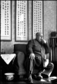 """CHINA. Jiangsu. Nankin. Abril de 1949. Uno de los últimos señores de la guerra, el general Ma Hung-Kouei, llegó a Nankín justo antes de su caída para brindar su apoyo al general Chiang Kai-shek. En el momento en que esta fotografía fue realizada, Ma Hung-Kouei reinó supremo en el noroeste de China. Pero, poco después, su ejército personal lo abandonó. En la pared detrás de él cuelgan algunos refranes antiguos, tales como: """".. Un buen general debe desempeñar un papel hermoso en la historia y debería ser elogiado por cien generaciones. Debe cuidar de sus tropas y también de su pueblo."""""""