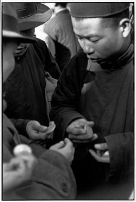 CHINA. Pekín. Diciembre de 1948. Durante los últimos días del régimen nacionalista y los primeros días de los comunistas, las calles de la ciudad estaban repletas de especuladores que compraban y vendían dólares de plata.