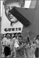 CHINA. Shanghai. 1949. El primero de agosto fue un día que se determinó para celebrar la conquista Comunista de Shanghai. Los caracteres de la bandera en el fondo dicen: El Presidente Mao Tse-tung.