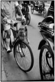 CHINA. Shanghai. 1949. Después de la victoria comunista, un hombre lleva su dinero en atados.