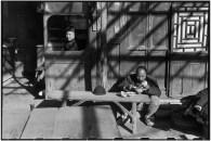 CHINA. Beijing. Diciembre 1948. Los días finales del Kuomintang. Un campesino, cuyo mercado ha cerrado, llegó a Beijing para vender sus verduras y se sienta a comer su mercancía. Un tendero renuncia no tener nada más para vender en su tienda.