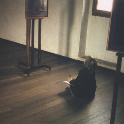 Francesca Woodman realiza bosquejos en un museo de Verona, Italia (1966)