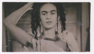 """Foto por Julien Levy. Frida Kahlo cortó esta fotografía para evitar que se le viera el busto. Julien Levy escribió al reverso """"Pour Frida, souvenir dramatique / Julien Levy, Nov. 1938)"""