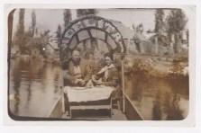 """Fotógrafo no identificado. Diego Rivera y Frida Kahlo a bordo de la chinampa """"Adelita"""" en Xochimilco, Ciudad d eMéxico (ca. 1941)"""