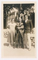 Fotógrafo no identificado. Frida Kahlo con dos personas no identificadas.