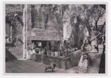 Fotógrafo no identificado. Frida Kahlo con el pelo suelto en el patio de la Casa Azul (1951-52)