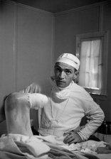 No publicada en LIFE. El Dr. Ceriani examina su trabajo tras la amputación parcial de la pierna de un paciente en Kremmling, Colorado. Agosto de 1948. El paciente, Thomas Mitchell, sufría de una infección por gangrena.