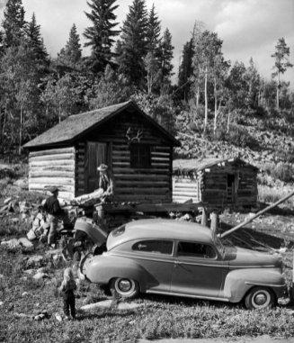 No publicada en LIFE, el Dr. Ceriani y el sheriff Chancey Van Pelt transportan a un paciente desde una cabaña en las colinas cercanas a Kremmling, Colorado, 1948.