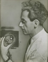 Man Ray (1890-1976): Untitled (Self-Portrait with Camera), 1930 (printed 1935/36).. New York, The Jewish Museum*** Permission for usage must be provided in writing from Scala. May have restrictions - please contact Scala for details. ***