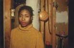 Millie y la radia de hamburguesa a su espalda. New York City, 1980