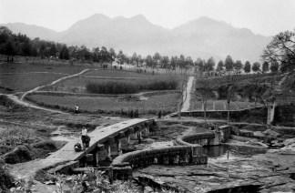 Province du Sichuan. Un pont et un barrage de pierre de l'époque Ming, dans un paysage façonné et cultivé par l'homme depuis des siècles.