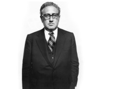 "Henry Kissinger. Secretario de Estado. Washington D.C., Junio 2, 1976 por Richard Avedon. Kissinger, artífice de la guerra de Vietnam suplicó ""Treat me nice"" a Richard Avedon."