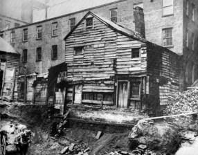 Casa vieja en la calle Bleecker. c1880-90. Jacob Riis