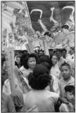 """CHINA. Shanghai. Junio 1949. Desfile comunista. La pancarta proclama: """"Contra el capitalismo burocrático, el feudalismo y el imperialismo."""" (Los comunistas toman el control de Shanghai el 27 de mayo.)"""