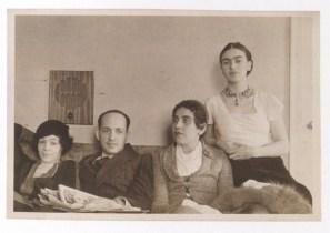 Foto por Lucienne Bloch (Barbizon Plaza Hotel, Nueva York) Junto a Frida Kahlo aparece Guadalupe Marín Rivera y una pareja no identificada. (1933)