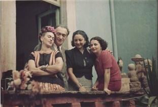Fotografía por Nickolas Mura. Nicolas Muray aparece junto a Frida Kahlo y Rosa Covarrubias. A la derecha aparece Cristina Kahlo (1939)