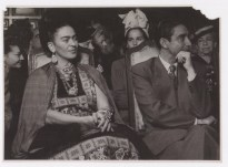 Fotógrafo no identificado. Frida Kahlo junto a Julio Castellanos.