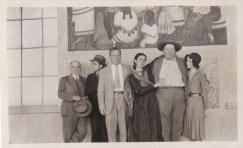 Fotógrafo no identificado. Frida Kahlo acompaña a Diego Rivera.