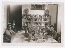 Fotógrafo no identificado. De izquierda a derecha: Fotógrafo desconocido. Guadalupe Marín Rivera, amiga no identificada, Frida Kahlo, Cristina Kahlo, Isolda hija de Cristina Kahlo. Comedor de la Casa Azul (1942)