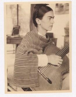 Fotógrafo no identificado. Frida Kahlo toca la guitarra (1929-30) En París Pablo Picasso le enseñó a tocar una canción española.