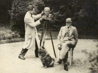 Freud and Nemon in Freud's garden