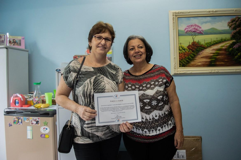 Nossa-diretora-e-a-representante-do-Porto-do-Sabo,-com-o-certificado-de -agradecimento