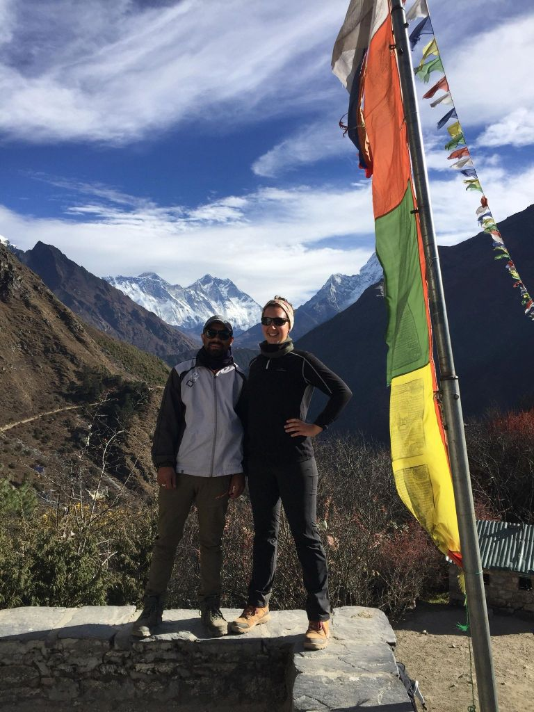 Magalie et zon guide sur le trek de l'Everest