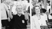 Noch magere Zwischenbilanz: Hans Klocke und Bürgermeisterin Dr. Ursula Herbort in der Telefonkabine der Spenden-Hotline.