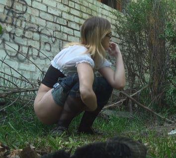 建物横の野ションスポットでおしっこを撮影した動画