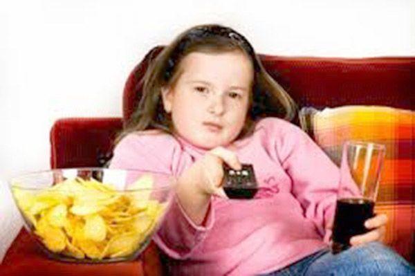 niña vendo la tele