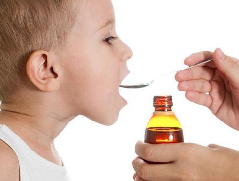 niño tomando jarabe