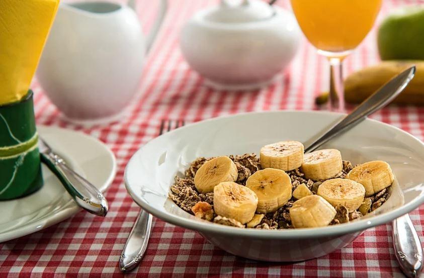 아침 식사로 추천하는 시리얼과 바나나 식단