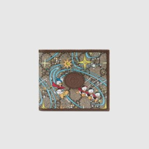 구찌와 디즈니가 콜라보레이션 하여 출시된 컬렉션의 지갑이다. 구찌 지갑에 도날드덕이 그려져 있는 것을 볼 수 있다.