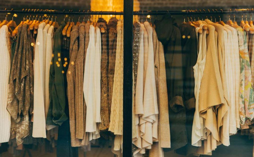 옷가게에 많은 옷이 진열되어 있다