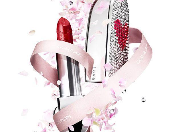 겔랑의 루즈G 발렌타인 컬렉션을 보여주고 있다.